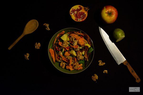 Sałatka z chipsami z batatów, indykiem i owocami jesiennymi