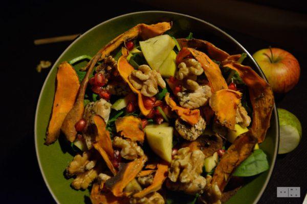 Sałatka z batatami, orzechami i owocami