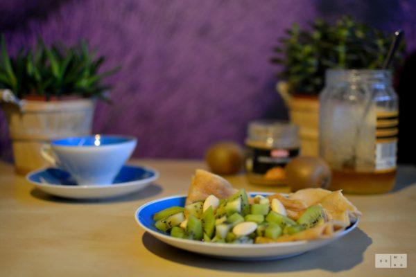 Naleśniki z tapioki z masłem migdałowym, kiwi i miodem