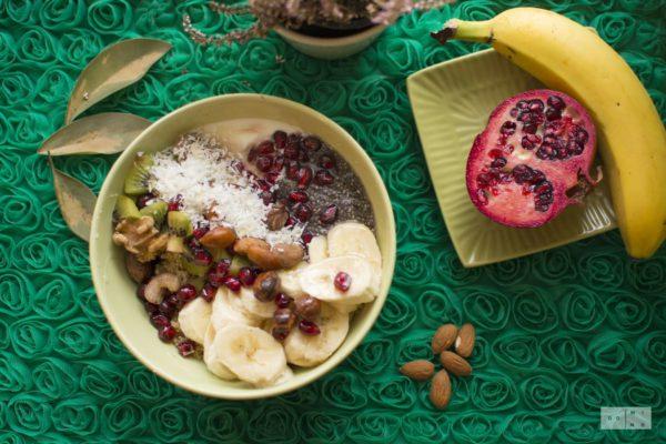 Quinoa z owocami, orzechami i nasionami chia