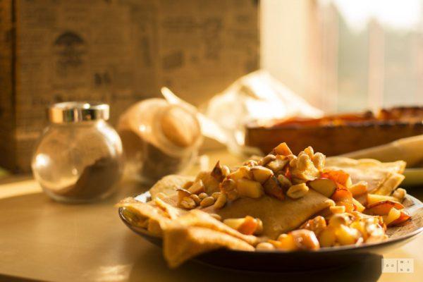 Naleśniki jaglane z korzennym serkiem dyniowym i karmelizowanymi jabłkami