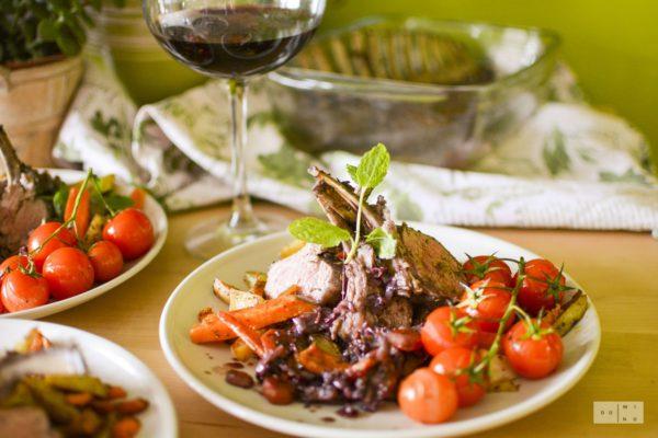 Comber jagnięcy z pieczonymi warzywami