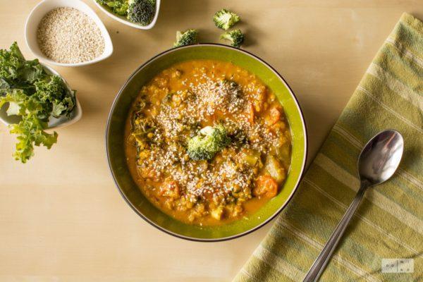 Kokosowa zupa curry z soczewicą, brokułami i jarmużem