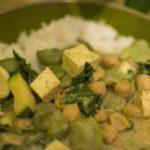 Curry z bobem, tofu i cieciorką