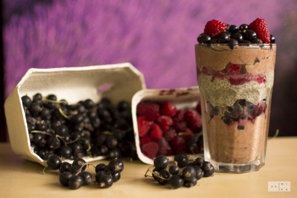 Czekoladowy budyń jaglany z puddingiem chia z owocami leśnymi