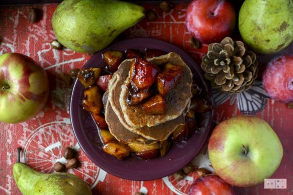 Gryczane placuszki jabłkowe z karmelizowanymi śliwkami
