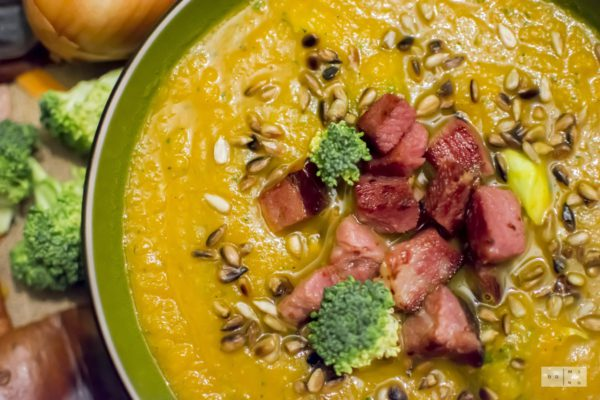 Zupa dyniowo marchewkowa z cukinią i szynką