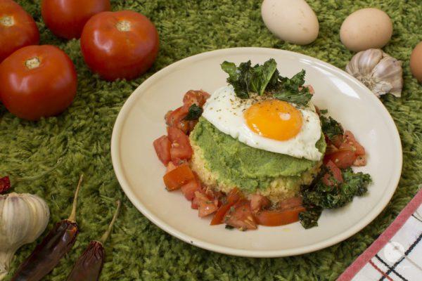 Wieżyczka zdrowia z brokułami, jajkiem i chipsami z jarmużu