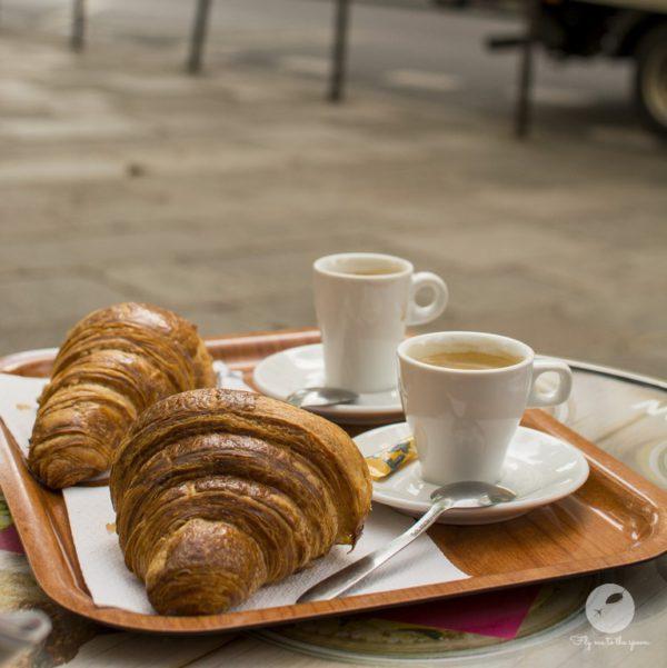 Francuskie śniadanie - kawa i croissant