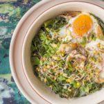 Jajka zapiekane z jarmużem i makrelą