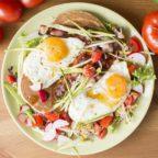 Wieloziarniste gryczane pancakes z jajkami sadzonymi i boczkiem