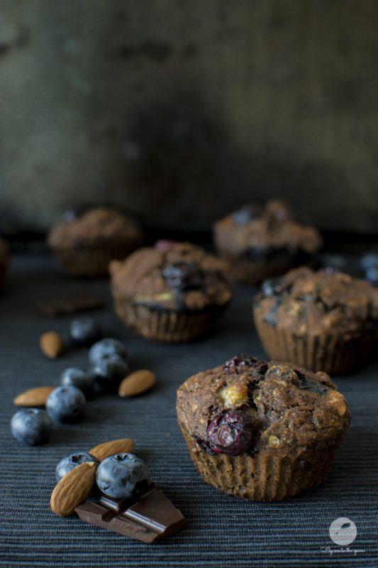 Czekoladowe muffiny cukiniowo-marchewkowe z borówkami