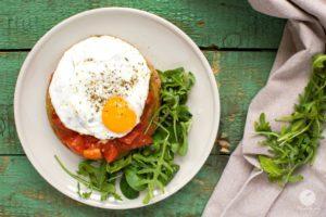 Gryczane pancakes z pomidorami i jajkiem sadzonym