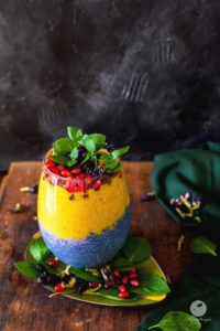 Niebieski pudding chia z bananowym smoothie z mango