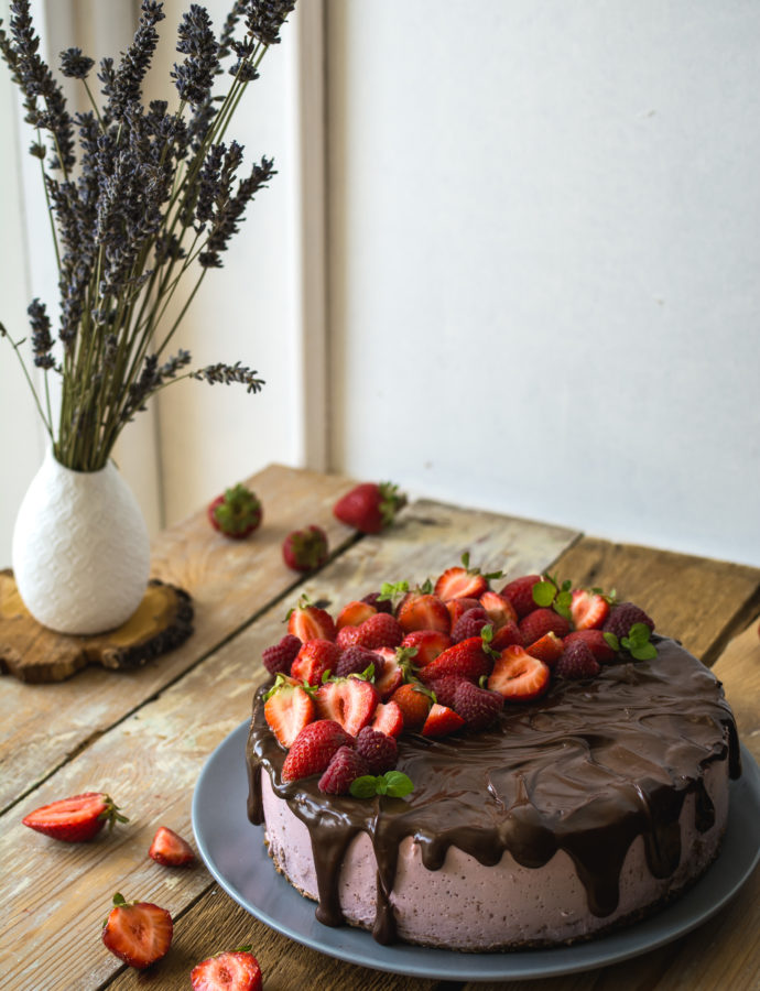 Truskawkowy sernik na zimno – drip cake