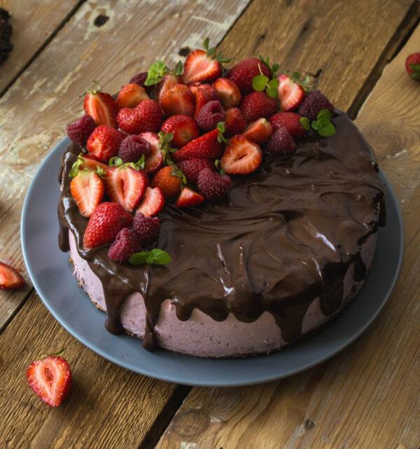 Truskawkowy sernik na zimno - drip cake