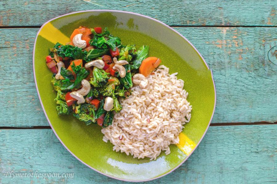 Tajski stir fry z brokułami i jarmużem