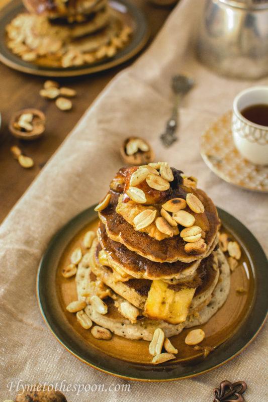 Pancakes z karmelizowanymi bananami i masłem orzechowym
