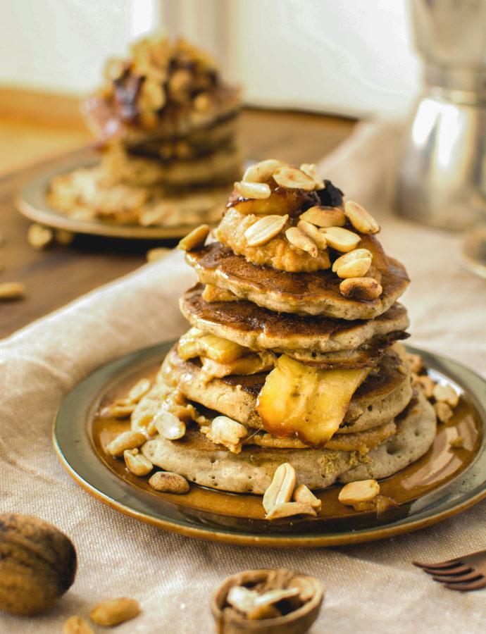Pancakes z karmelizowanymi bananami i masłem orzechowym (wegańskie, bez glutenu, bez cukru)