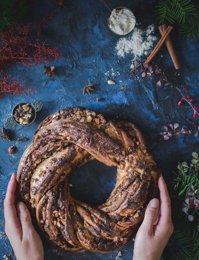 Drożdżowy wieniec cynamonowy z czekoladą i orzechami