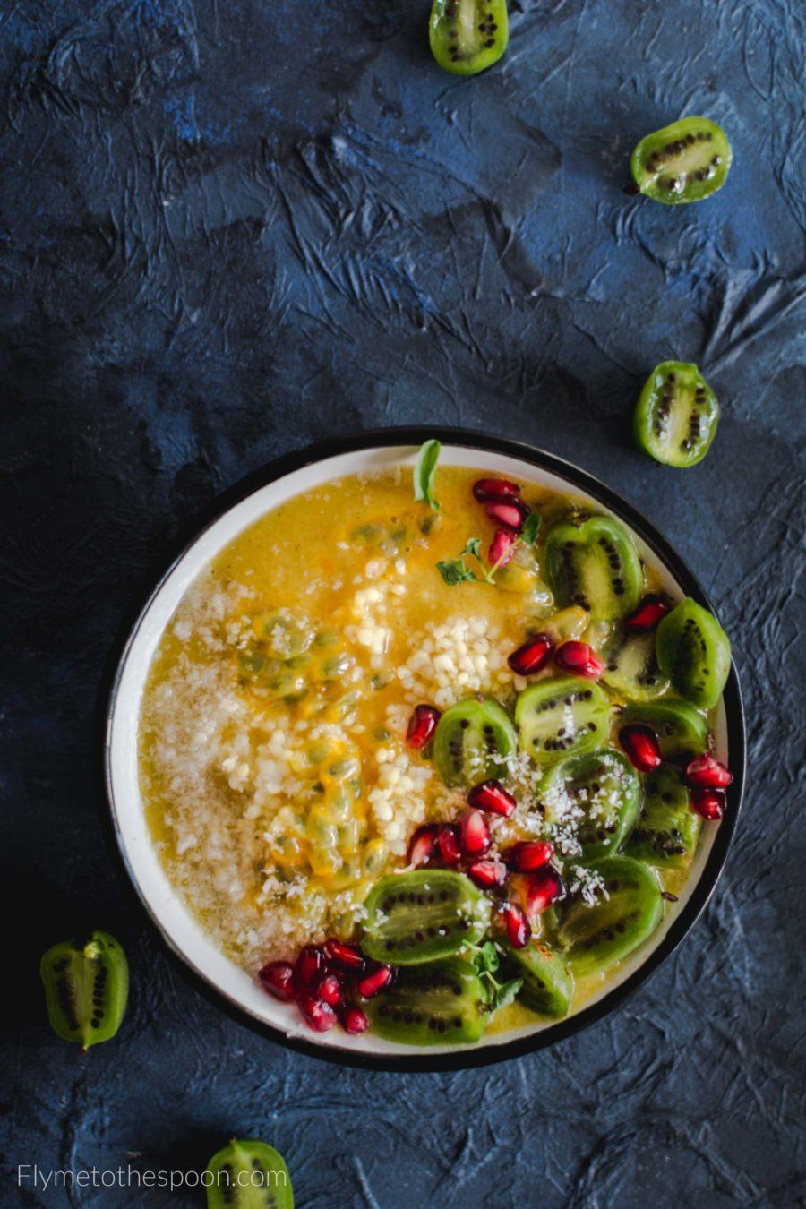 Tropikalne smoothie bowl z kaszą jaglaną