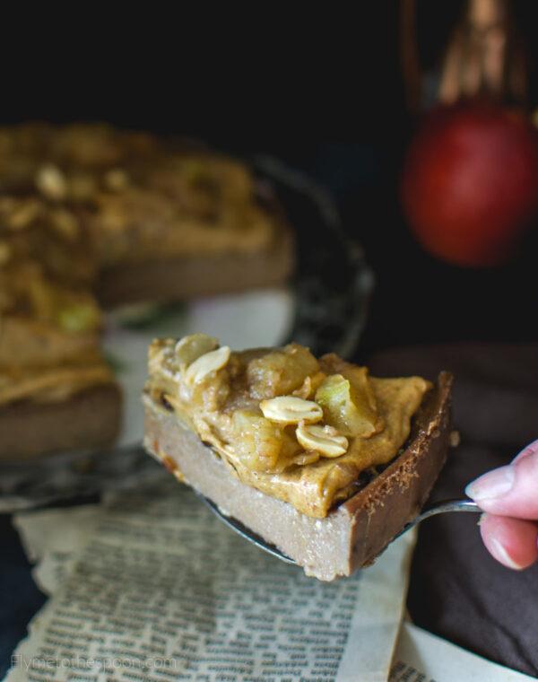 Wegański jagielnik jabłkowy z orzechowym karmelem daktylowym