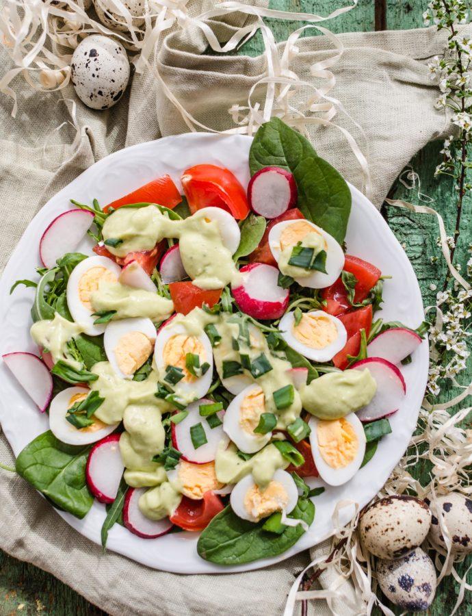 Wielkanocna sałatka z jajami przepiórczymi i kokosowym dressingiem z awokado