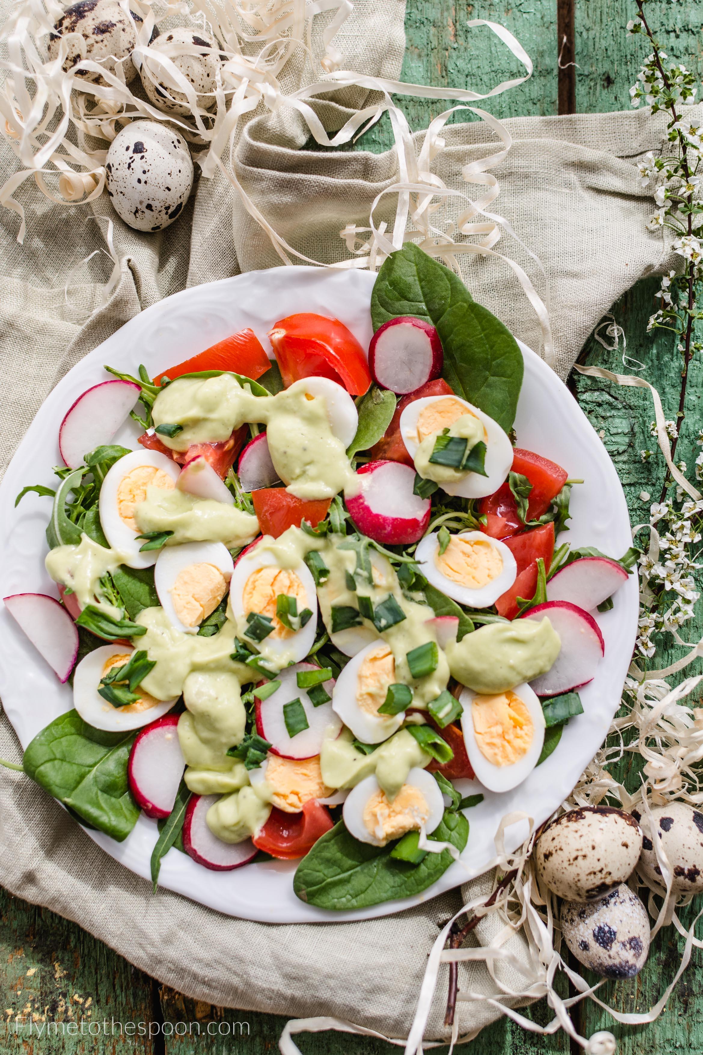 Wielkanocna Salatka Z Jajami Przepiorczymi I Kokosowym Dressingiem Z