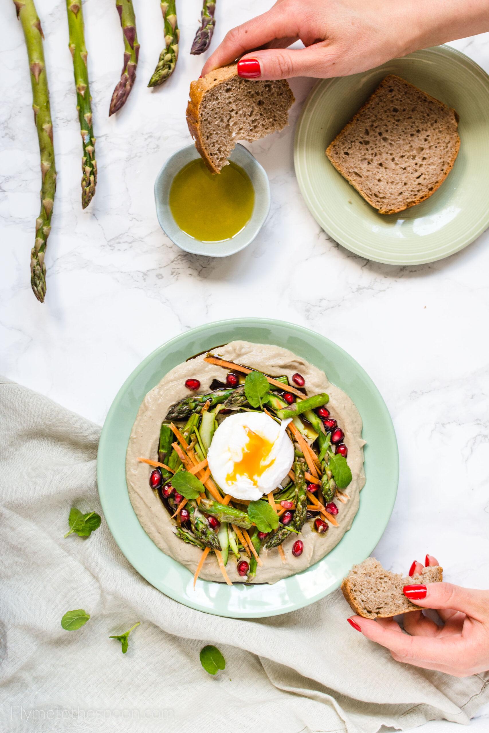 Baba ghanoush ze szparagami i jajkiem w koszulce – kremowa pasta z bakłażana