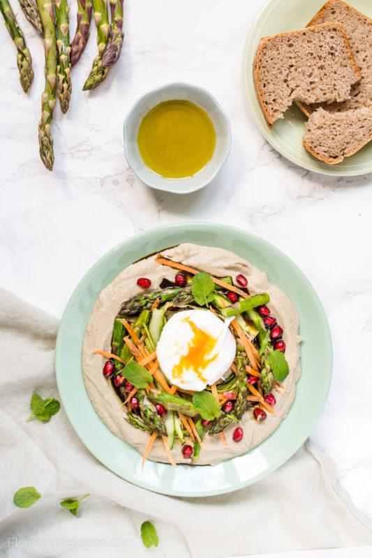 Baba ghanoush ze szparagami i jajkiem w koszulce - kremowa pasta z bakłażana