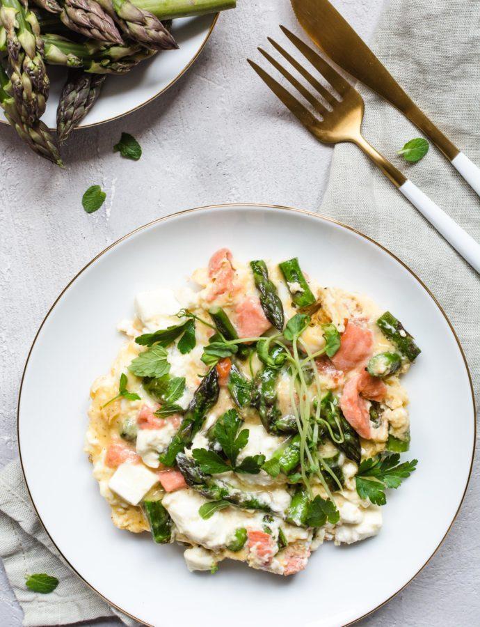 Prosty omlet ze szparagami, łososiem i serem feta