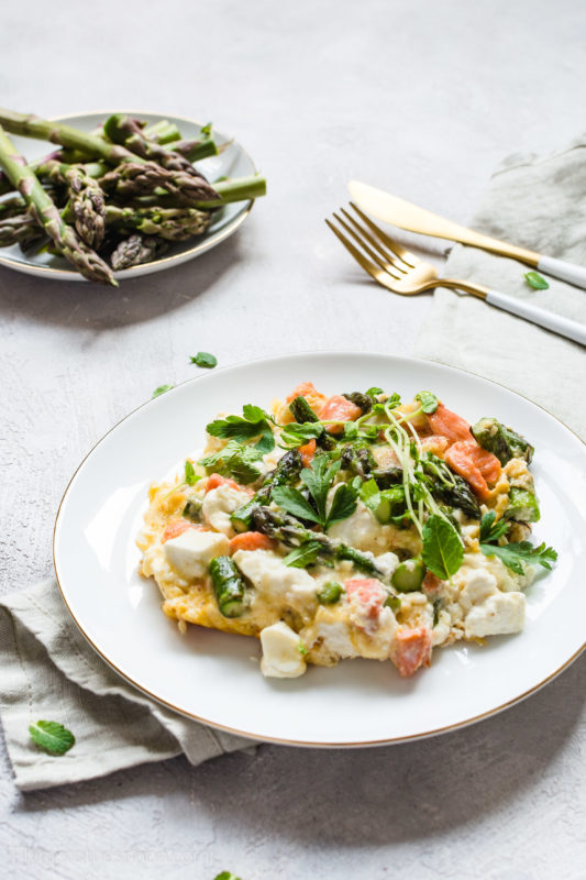 Omlet ze szparagami, łososiem i serem feta