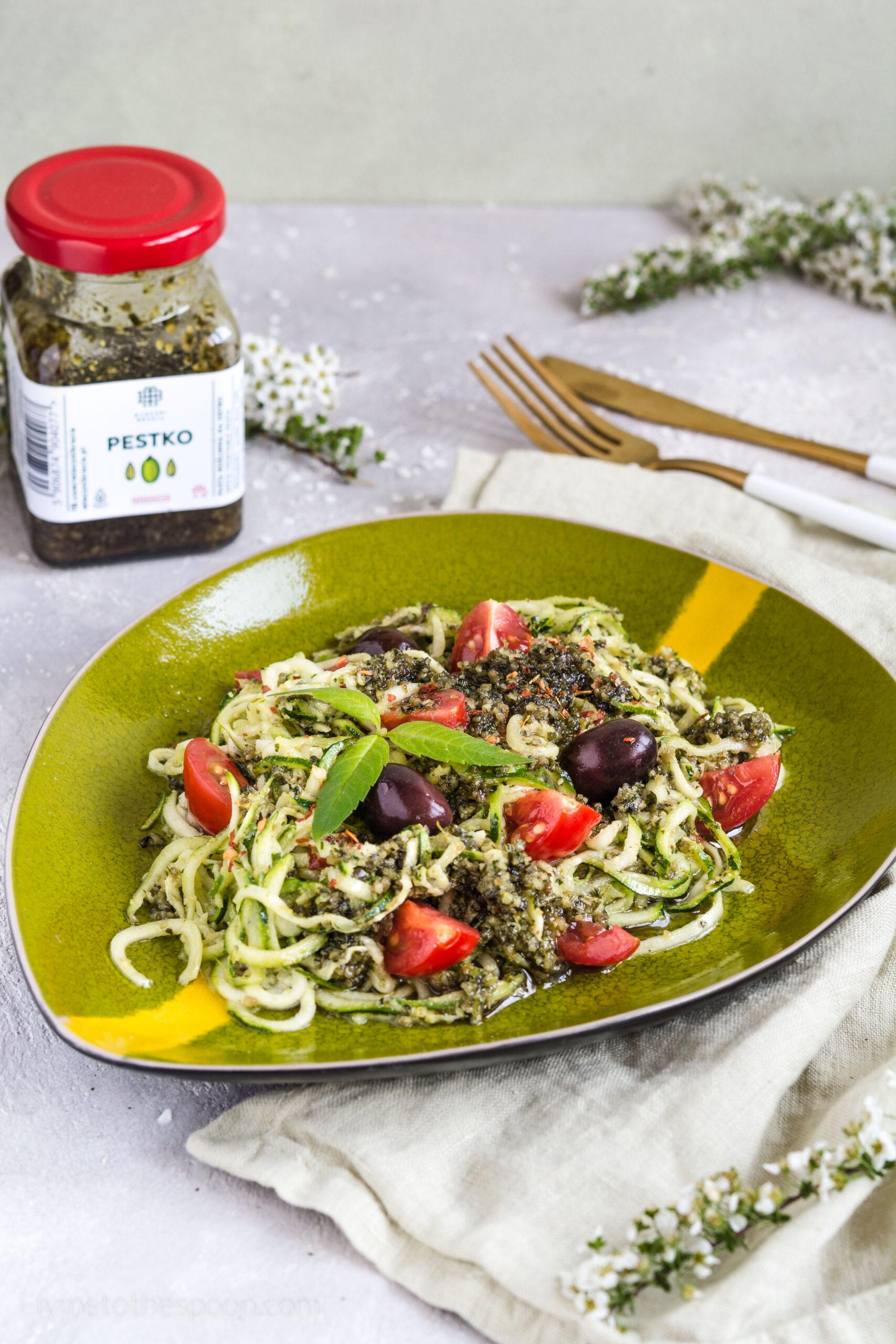 Bezglutenowe spaghetti cukiniowe keto z pesto słonecznikowym