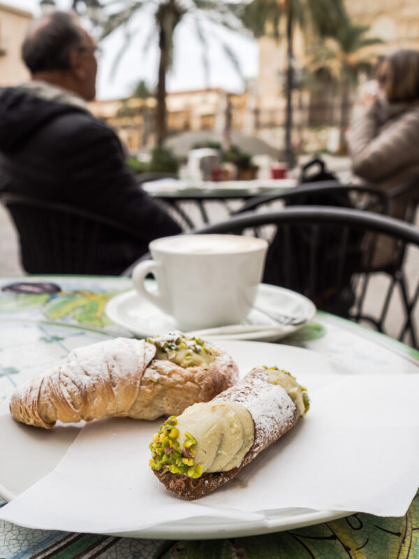 Posmakować Sycylię - czyli przewodnik kulinarny po Palermo pistacjowe canollo cefalu włochy deser włoskie słodycze