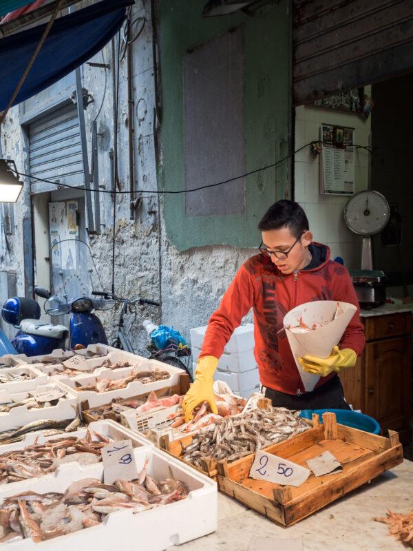 sprzedawca na włoskim targu targ sycylia palermo przewodnik kulinarny posmakować sycylię owoce morza