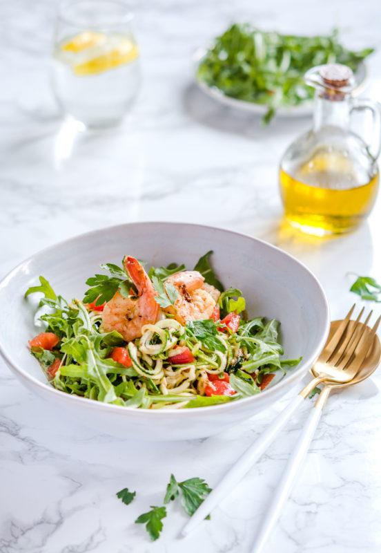 Bezglutenowe spaghetti cukiniowe z krewetkami i cykorią makaron z cukinii owoce morza pomidorki keto paleo