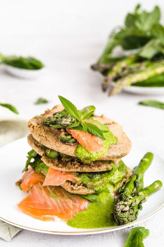Bezglutenowe placuszki ze szparagami i wędzonym pstrągiem w sosie ziołowym. Szparagi w cieście gryczanym bez glutenu i bez laktozy