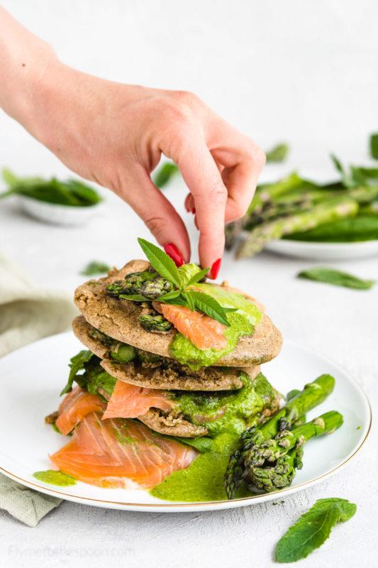 Bezglutenowe placuszki ze szparagami i wędzonym pstrągiem w sosie ziołowym. Szparagi, pstrąg wędzony, sos miętowy -wytrawne pancakes