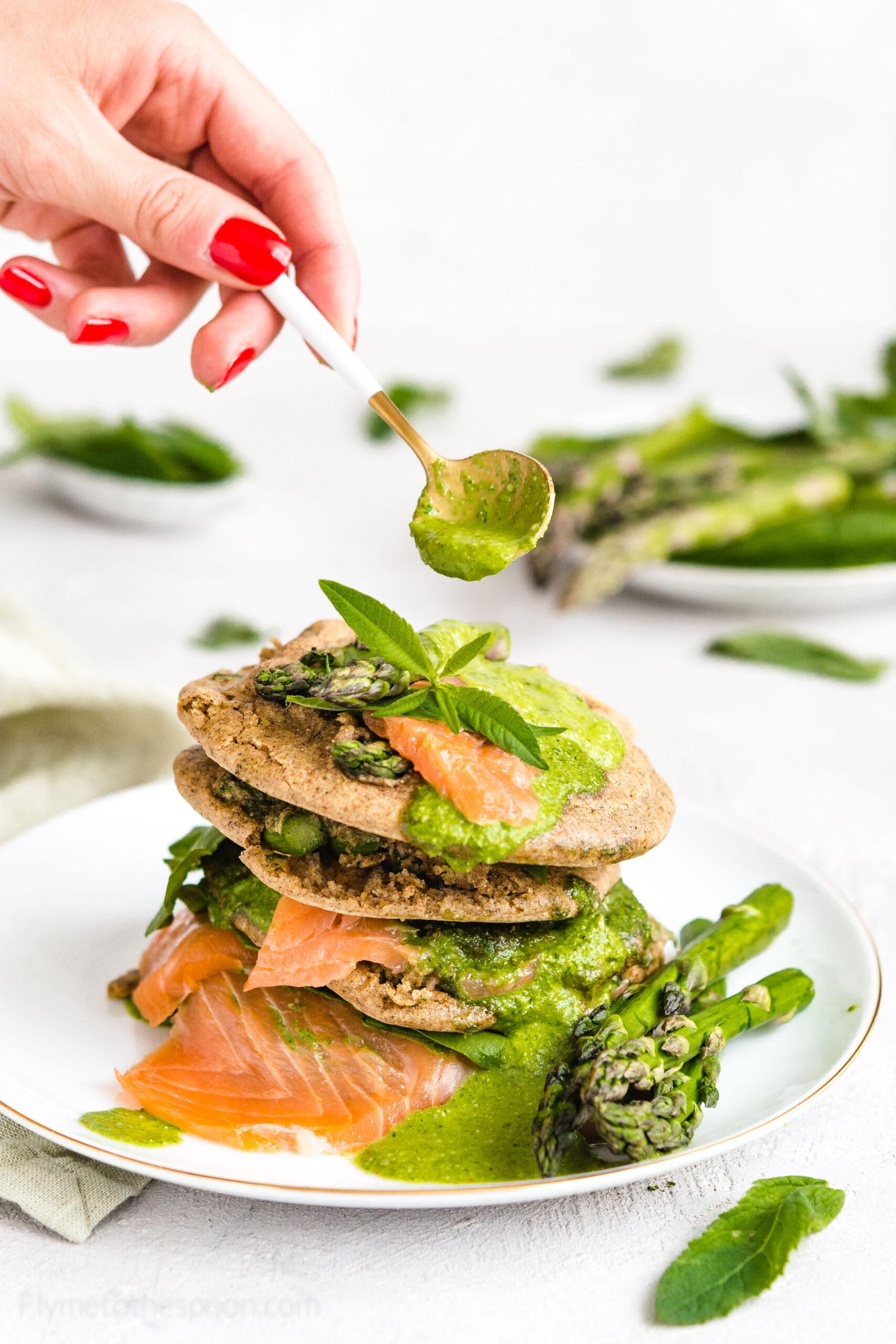 Bezglutenowe placuszki ze szparagami i wędzonym pstrągiem w sosie ziołowo – szpinakowym