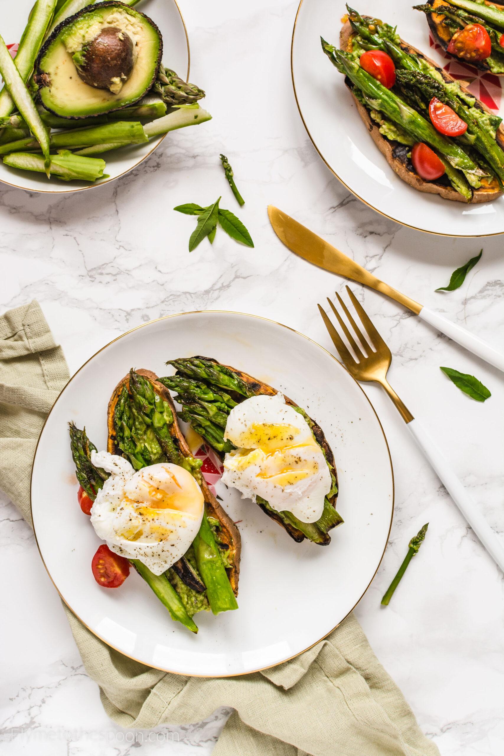 Tosty z batatów z awokado i szparagami z jajkiem w koszulce – keto tosty bezglutenowe, paleo