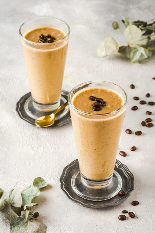wegański zdrowy milkshake kawowy koktajl kasza jaglana banan daktyle