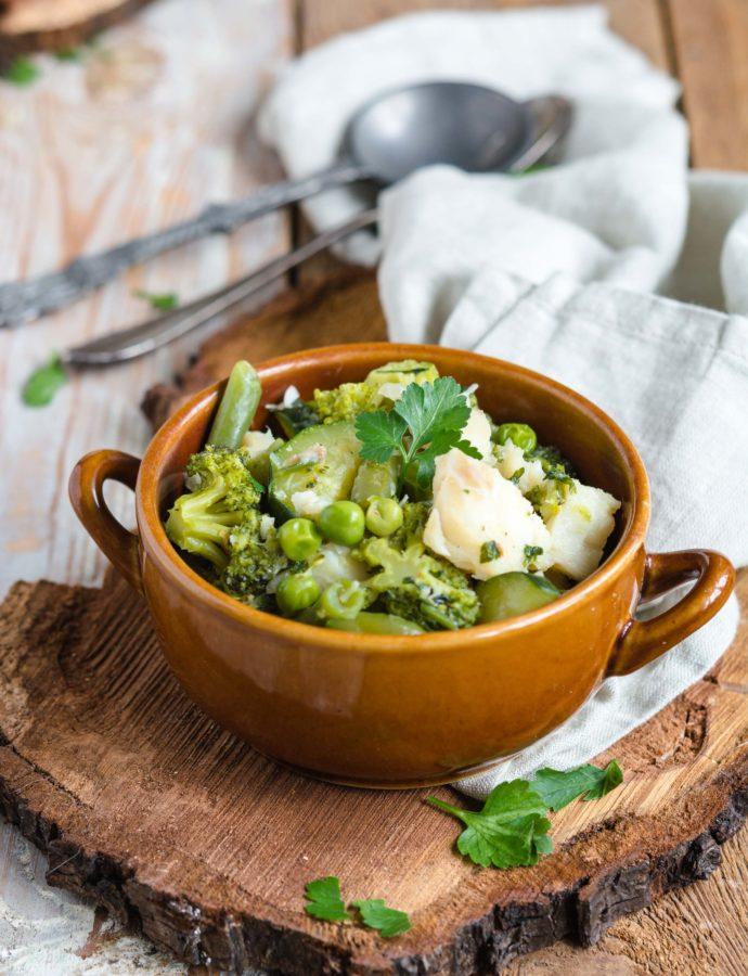 Gulasz rybny z zielonymi warzywami – groszkiem, fasolką szparagową, cukinią i brokułami