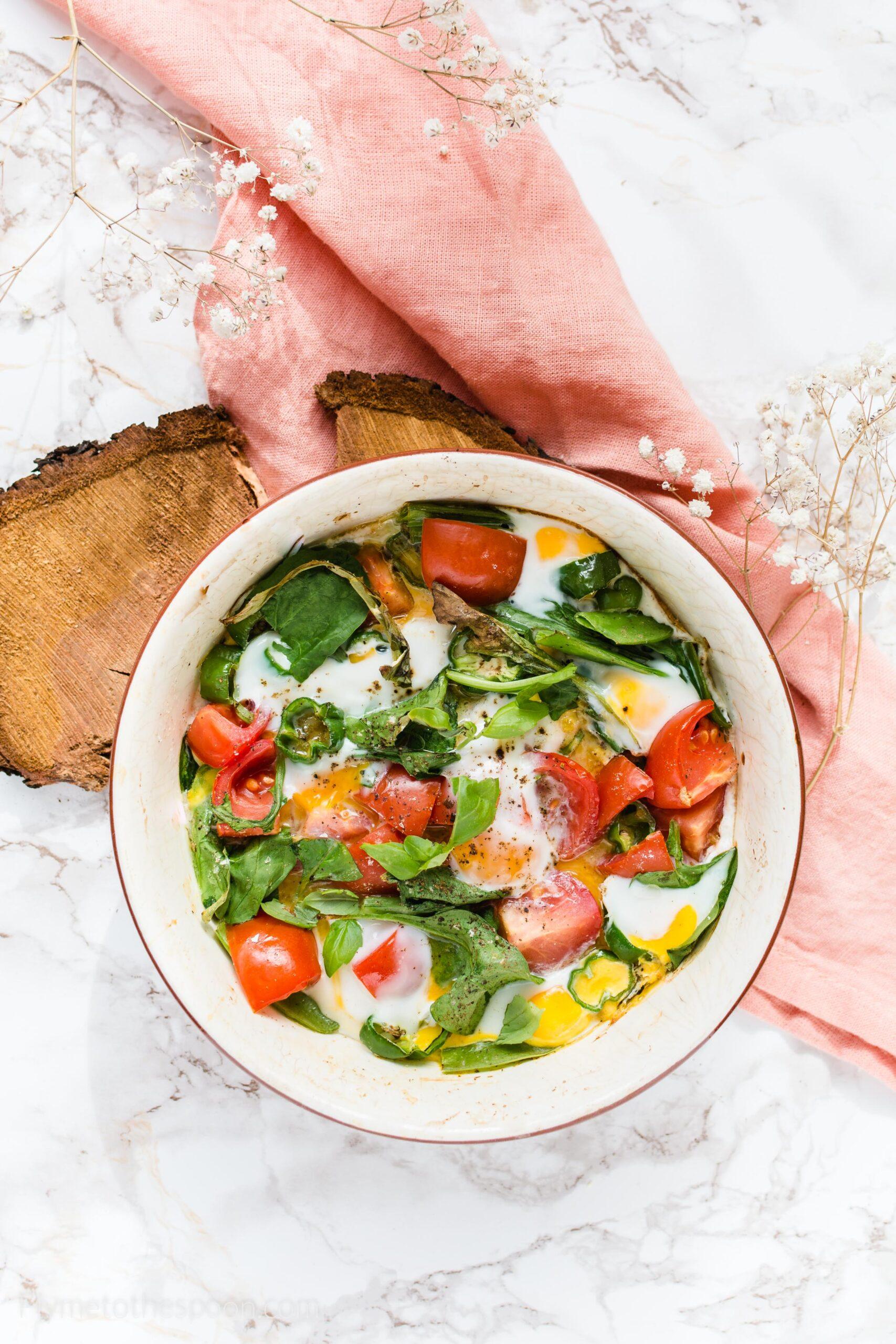 Jaja przepiórcze zapiekane z warzywami – z papryczkami padron, pomidorkami i szpinakiem