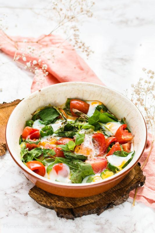 Jaja przepiórcze zapiekane z warzywami - z papryczkami padron, pomidorkami i szpinakiem