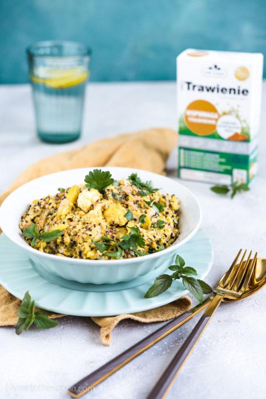 Quinoa z warzywami i tahini – wegańska potrawka bezglutenowa z komosy ryżowej