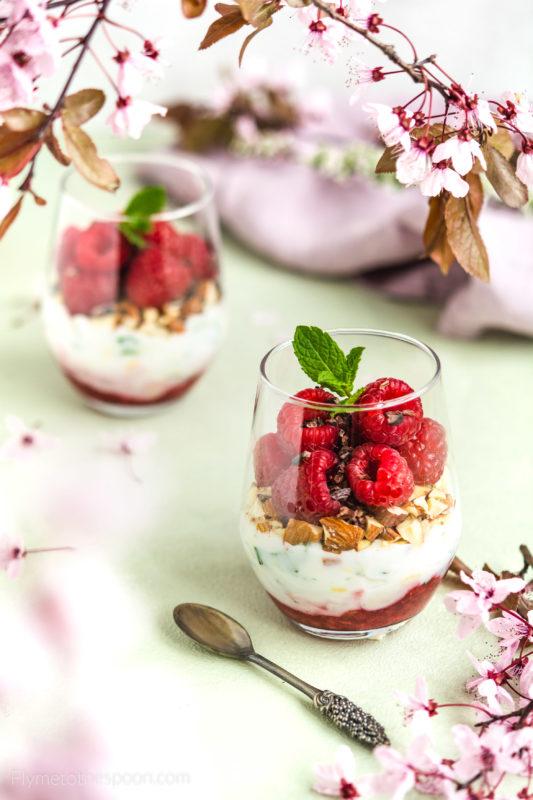 Wegański deser kokosowy z malinami deser w pucharkach prosty fit bez cukru