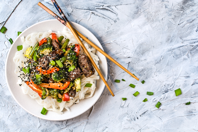Wołowina po wietnamsku z brokułami makaron ryżowy po azjatycku warzywa
