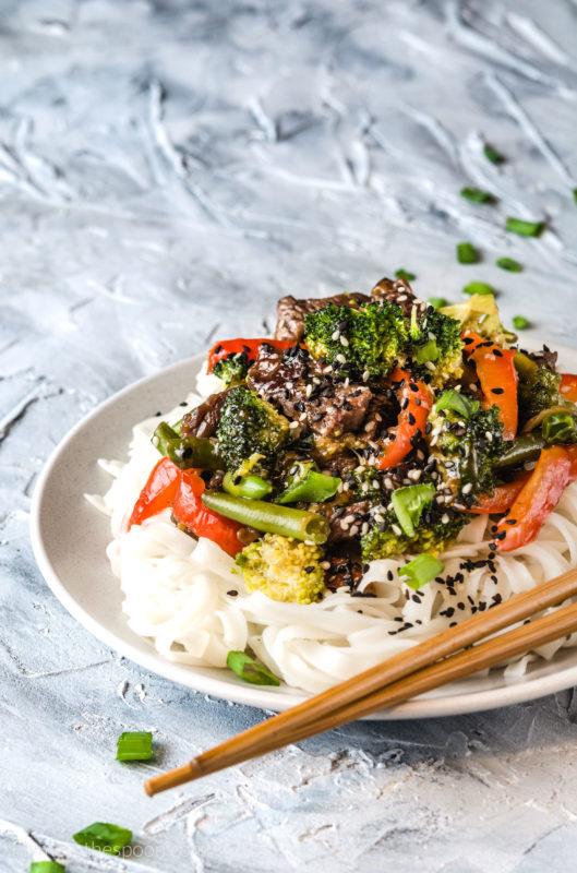Wołowina po wietnamsku z brokułami warzywa po azjatycku