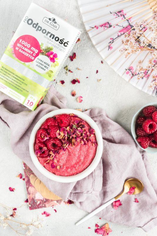 Malinowy budyń jaglany z różą – bez laktozy, bez glutenu, bez cukru
