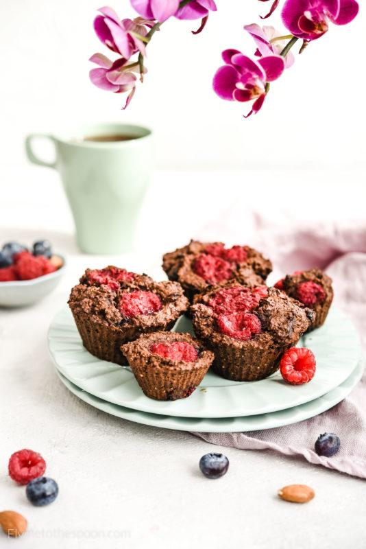 Paleo Muffiny migdałowe bez mąki z malinami i borówkami